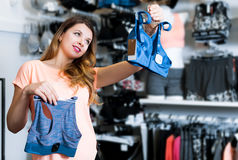 Client féminin décidant des sous-vêtements de sports Images stock