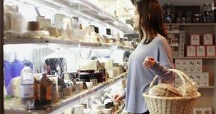 Client féminin dans des achats d'épicerie fine banque de vidéos