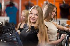 Client féminin dans la boutique de mode Photo stock