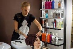 Client heureux au coiffeur, soins capillaires photos stock