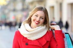 Client heureux regardant l'appareil-photo en hiver photographie stock libre de droits