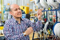 Client masculin mûr achetant le câble externe Photos libres de droits