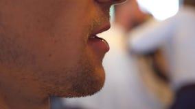 Client masculin parlant avec le coiffeur pendant les cheveux dénommant le processus Fermez-vous de la bouche de l'homme Mouvement banque de vidéos