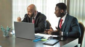 Client noir africain ayant des réclamations au sujet du document d'entreprise étant en désaccord avec l'associé mûr caucasien dan banque de vidéos