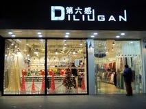Client par l'entrée de la boutique de vêtements de la Chine avec des décorations de Noël Image libre de droits
