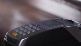Client payant avec la technologie de NFC par le téléphone portable sur le terminal en café moderne clips vidéos