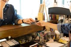 Client payant avec une carte de crédit photo stock