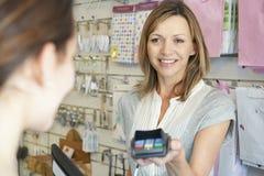 Client payant des marchandises utilisant la machine de carte de crédit photo libre de droits