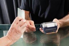 Client payant par la carte de crédit au styliste en coiffure photo libre de droits