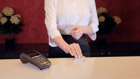 Client payant utilisant son mobile à la réception d'hôtel banque de vidéos