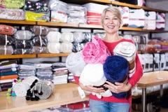 Client revendiquant les textiles à la maison achetés image stock