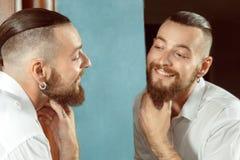 Client satisfait par une nouvelle coupe de cheveux photos stock