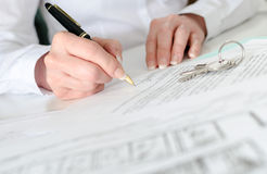 Client signing a real estate contract Royalty Free Stock Photos
