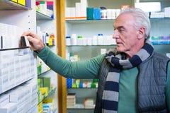 Client vérifiant une boîte de pilule photos stock