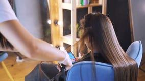 Clientagelesezeitschriften in einem Warteraum Keratinwiederaufnahmehaar- und -proteinbehandlungsstapel mit Berufsultraschalleisen stock video