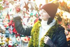 Cliente adolescente cerca del contador con los regalos de la Navidad Fotografía de archivo libre de regalías