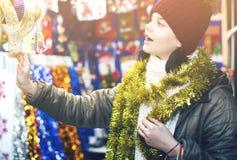Cliente adolescente cerca del contador con los regalos de la Navidad Imagen de archivo libre de regalías