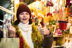 Cliente adolescente de la hembra adulta con los regalos de la Navidad Foto de archivo libre de regalías