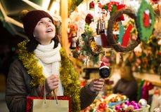 Cliente adolescente femenino joven con los regalos de la Navidad Fotografía de archivo libre de regalías