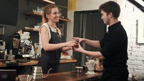 Cliente al contatore del caffè aspettante della caffetteria fotografia stock libera da diritti