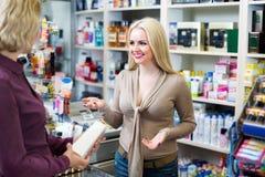 Cliente al negozio che paga al registratore di cassa Immagini Stock Libere da Diritti