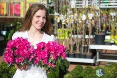 Cliente al negozio di fiore che posa con i fiori fotografie stock libere da diritti