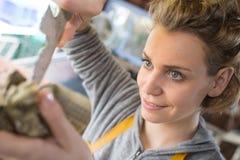 Cliente alegre novo da mulher do retrato horizontal que escolhe produtos foto de stock royalty free