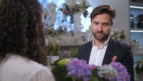 Cliente alla moda del negozio di fiore che sceglie pianta per il regalo archivi video