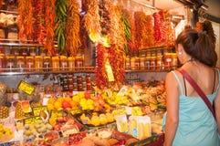 Cliente alla stalla del mercato di frutta Fotografia Stock Libera da Diritti