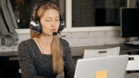 Cliente asesor del operador agradable amistoso de la televenta sobre tienda en línea metrajes