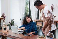 Cliente asiático de la mujer que se queja al camarero por la comida en café con referencia a fotografía de archivo libre de regalías
