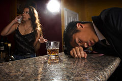 Cliente bêbedo em uma barra imagens de stock