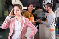 Cliente cansado no auto serviço fotografia de stock