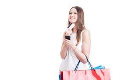 Cliente caucasiano novo com cartão de crédito e smartphone Fotografia de Stock Royalty Free
