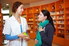 Cliente che comunica con farmacista fotografia stock libera da diritti