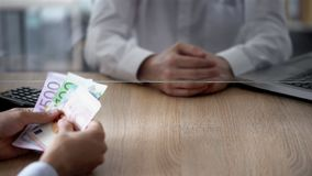 Cliente che fa euro deposito in banca, crescita di affari, risparmio, spesa personale immagini stock libere da diritti