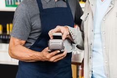 Cliente che paga con il cellulare facendo uso di NFC Immagine Stock