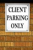 Cliente che parcheggia soltanto il veicolo dell'automobile del parco del segno Fotografia Stock