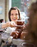 Cliente che prende caffè dalla cameriera di bar In Cafe Fotografie Stock Libere da Diritti