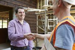 Cliente che stringe le mani con il costruttore Immagine Stock Libera da Diritti