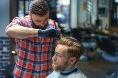Cliente con el peluquero Foto de archivo