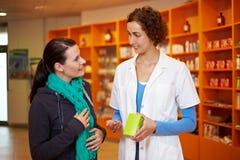 Cliente con gripe en farmacia Foto de archivo libre de regalías