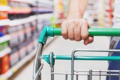 Cliente con il carrello in supermercato immagini stock