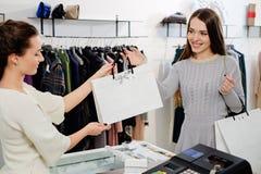 Cliente con il sacchetto della spesa Fotografia Stock