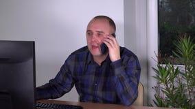 Cliente consultantesi del cliente dell'uomo del mediatore del mercato finanziario sul telefono video d archivio