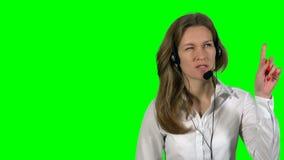Cliente consultantesi del cliente della giovane donna attraente nel centro di sostegno del servizio d'assistenza video d archivio