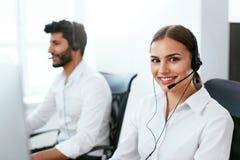 Cliente consultantesi dell'operatore centrale online di sostegno online fotografie stock