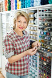 Cliente contente maduro da mulher que escolhe vários botões Fotos de Stock Royalty Free