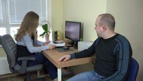Cliente da ajuda da mulher para terminar em casa originais da compra video estoque