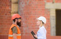 Cliente da construção dos relacionamentos e indústria da construção civil do participante Discuta o plano do progresso Indústria  imagens de stock